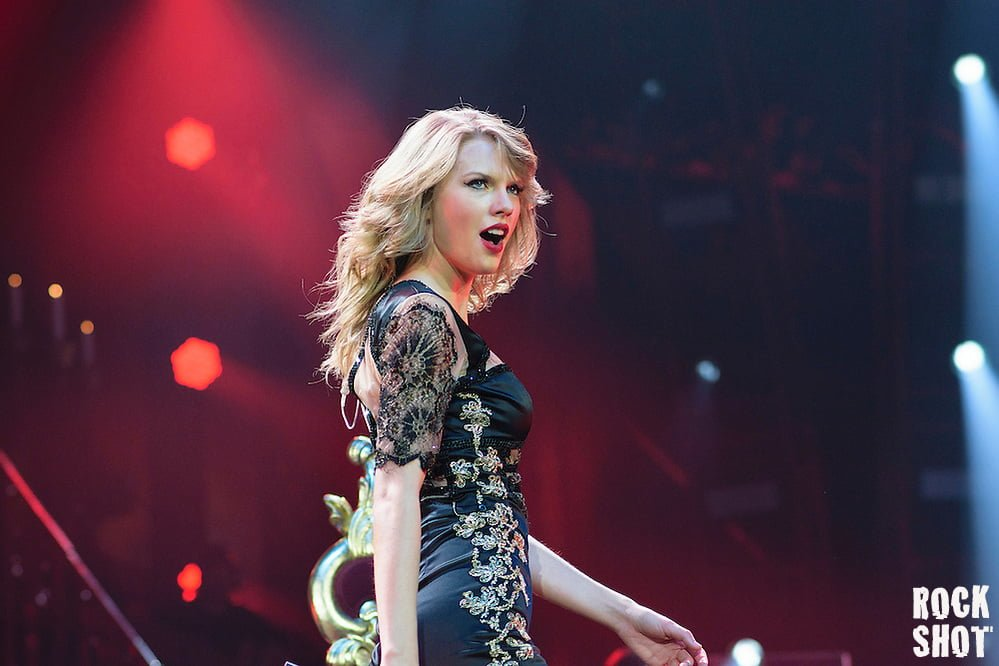 Taylor Swift Makes Her Way To Worthy Farm
